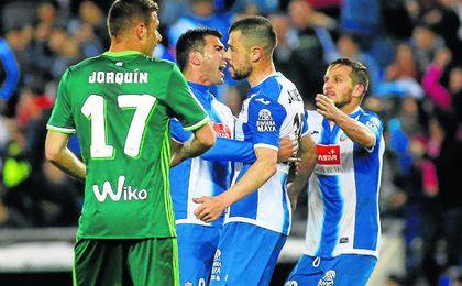 Reyes y Javi Fuego celebran el último triunfo ante el Betis.