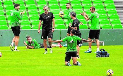 Divertido momento del entrenamiento de ayer en el Villamarín, con Setién y Sergio León (de rodilla y de espaldas) como protagonistas.