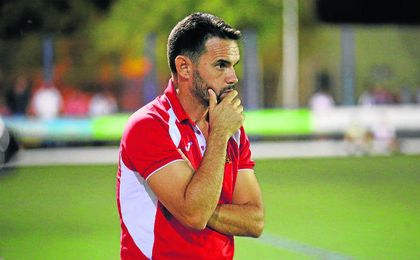 Dioni Arroyo, entrenador del San José, atento a su equipo.