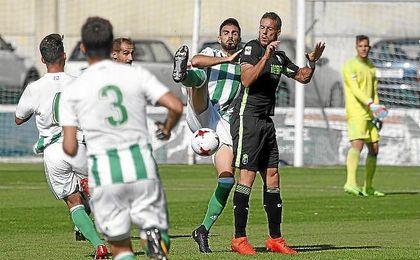 Lance del partido entre el Betis Deportivo y el Granada B en la Ciudad Deportiva Luis del Sol.