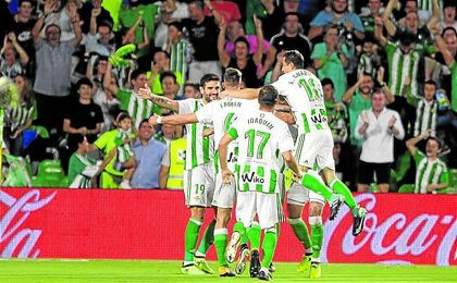 Los jugadores del Betis celebran un gol en el Villamarín.