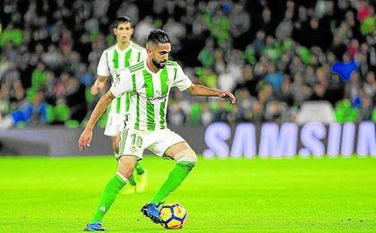 Boudebouz controla un balón en presencia de Mandi durante el choque ante el Getafe.