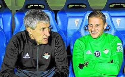 Joaquín, en el banquillo con Setién.