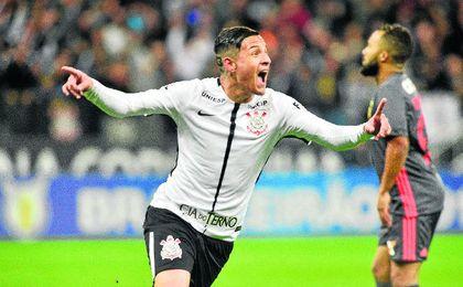 Guilherme Arana celebra un tanto con el Corinthians.