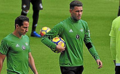Sanabria, junto a Guardado en un entrenamiento bético.