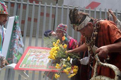 Brujos y chamanes hacen rituales para asegurar la clasificación de Perú a Rusia