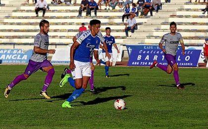 Chris Ramos conduce el esférico en un lance ante el Murcia