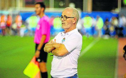 Eusebio Navarro, ya exentrenador del UP Viso, atento a sus jugadores en un encuentro.