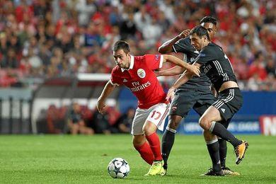 Zivkovic, durante un choque con la elástica del Benfica