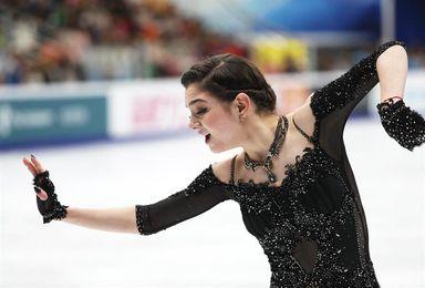 La bicampeona mundial de patinaje Yevguenia Medvédeva, con un pie escayolado