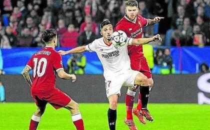 Alberto Moreno, en un lance del partido junto con Sarabia.