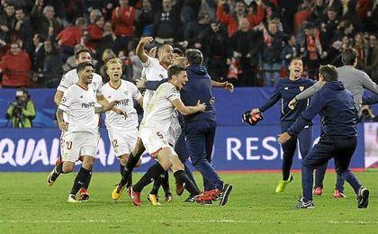 Los jugadores del Sevilla celebran el empate con Berizzo.