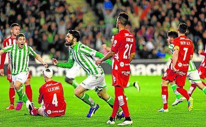 Jorge Molina abrió el camino del triunfo en la última visita del Girona al Villamarín, con ambos en Segunda división.