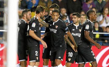 Correa felicita a Franco Vázquez tras su gol.