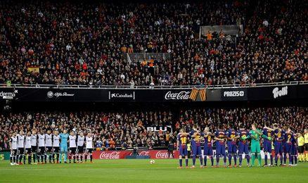 El Valencia despide a Ortí con brazaletes blancos y una atronadora ovación