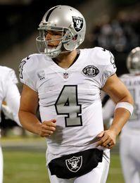 21-14. Carr dirige a los Raiders en un partido ensombrecido por una pelea contra los Broncos