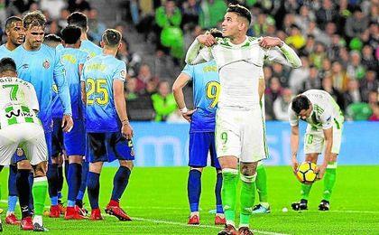 Sanabria mira al marcador antes de que Guardado lanzara su falta que acabó en gol.