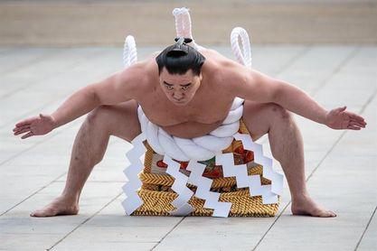Estrella del sumo se retira tras reconocer agresión a otro luchador