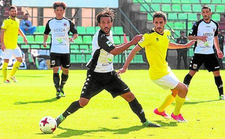 El medio ofensivo Moyita (derecha) pugna con el exbético Bernal (Mérida).
