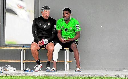 Setién y Campbell departen durante un entrenamiento reciente en la Ciudad Deportiva Luis del Sol.