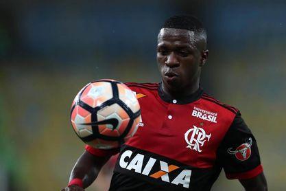 Vinicius ayuda a Flamengo a ganar cupo en la Libertadores; Coritiba y Avaí caen