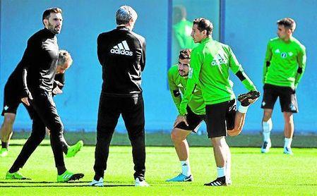 Andrés Guardado charla durante una sesión de entrenamiento con Quique Setién.
