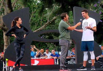 Michael Phelps se exhibe durante un entrenamiento en una visita a Buenos Aires