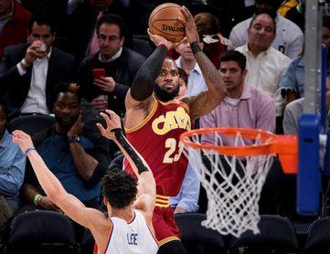 105-98. James consigue un triple-doble en la victoria de los Cavaliers sobre los Sixers