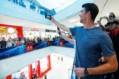Michael Phelps comparte y se divierte en la capital chilena con sus admiradores