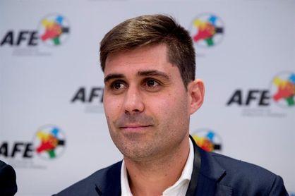 Aganzo visita a la plantilla y al cuerpo técnico del Levante