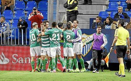 Los jugadores del Betis celebran uno de los goles en La Rosaleda la pasada campaña.