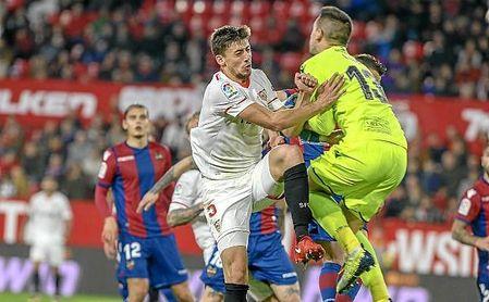 Lenglet, en un lance del partido ante el Levante.