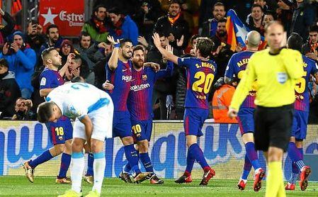 Los jugadores del Barcelona celebran uno de los cuatro goles.