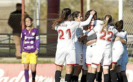 Las jugadores del Sevilla celebran el gol de Jenni Morilla.