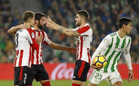 Raúl García transformó el penalti que le señalaron en una extraña acción a Amat.