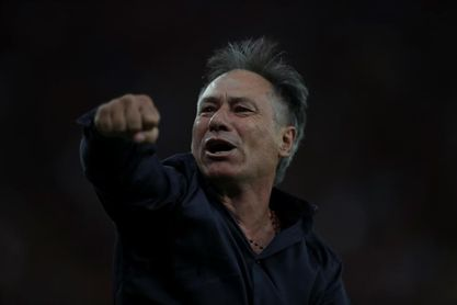 Ariel Holan cambió su decisión y continuará al frente de Independiente