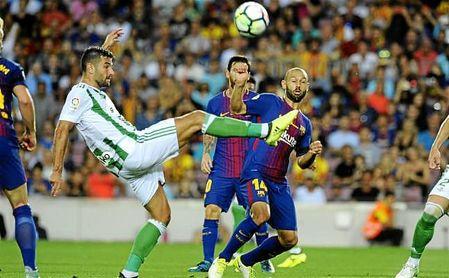 Barragán despeja el balón en el partido del Camp Nou.