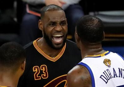 Los árbitros no señalaron tres faltas personales de Durant y una de James