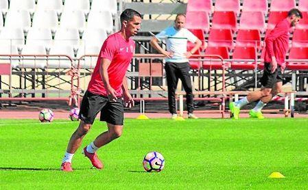 El exbético Isidoro Gómez Torres (en un entrenamiento con el Almería) se encuentra en la agenda del conjunto astigitano.