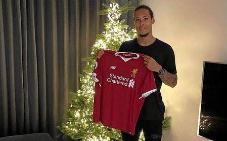 Van Dijk posa con la camiseta del Liverpool.