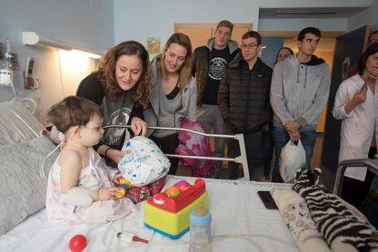 Mireia Belmonte muestra su lado más humano llevando regalos a un hospital de Granada