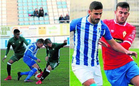 Un futbolista local trata de zafarse de la marca de los béticos Junior Firpo y Julio Gracia/ El Écija sumó su novena semana sin conocer la victoria