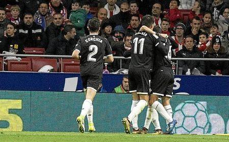 Los jugadores del Sevilla se abrazan tras el gol de Correa.