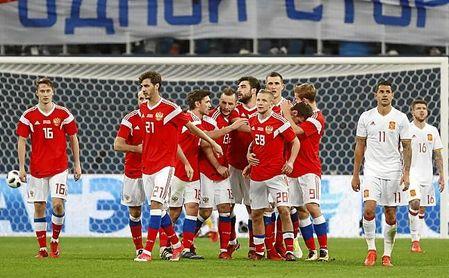 Smolov, a quien felicitan sus compañeros tras marcar un gol, brilló con Rusia ante España.