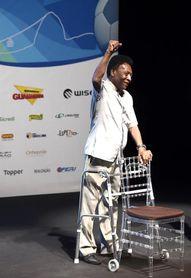 Pelé acude con andador a ceremonia y dice que se trata de su nueva zapatilla