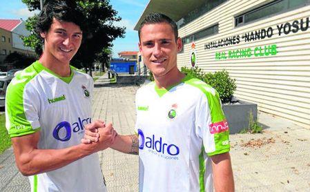 Badiola (derecha) posa con su compañero Juan Gutiérrez tras debutar con el primer equipo.