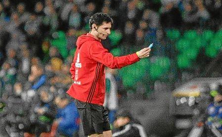 Hasta cuatro mecheros fueron lanzados ante el Barça.