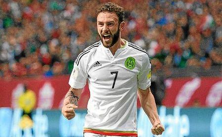 Miguel Layún, con la elástica de la selección de México.