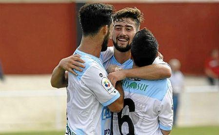 Chuma (centro) celebra uno de sus 13 goles con la Lebrijana; da el salto a Segunda B