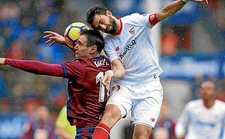 Nico Pareja, en un salto con Kike García.